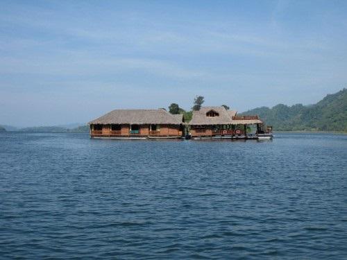 Husbåden tøjret til et udgået træ i søen.