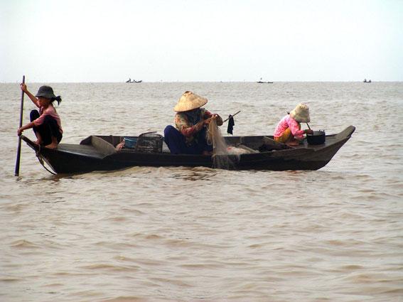 """Denne mor og hendes 2 døtre mødte vi ude på """"søen"""", hvor de havde gang i fiskeriet."""