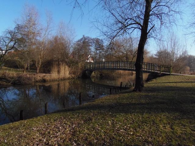 Man kan gå næsten direkte fra hovedgaden og ned over Tubæk Å.