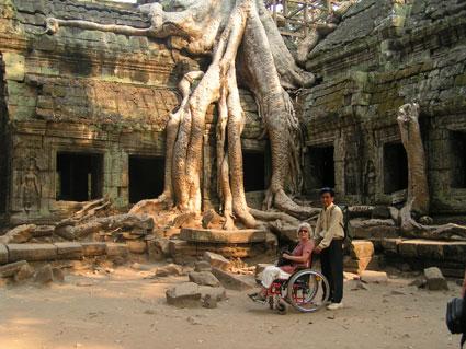 En kørestol er ingen hindring for at se verden. Her er det Yvonna sammen med vores guide i Cambodia.